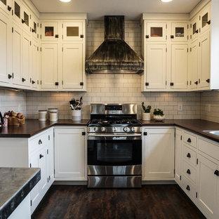 Неиссякаемый источник вдохновения для домашнего уюта: маленькая п-образная кухня в стиле кантри с кладовкой, накладной раковиной, фасадами в стиле шейкер, белыми фасадами, белым фартуком, фартуком из плитки кабанчик, техникой из нержавеющей стали, темным паркетным полом, островом, коричневым полом и столешницей из цинка