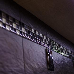 Mittelgroße Moderne Küche ohne Insel mit Unterbauwaschbecken, profilierten Schrankfronten, hellen Holzschränken, Quarzwerkstein-Arbeitsplatte, Küchenrückwand in Grau, Rückwand aus Porzellanfliesen, Küchengeräten aus Edelstahl und Porzellan-Bodenfliesen in Washington, D.C.