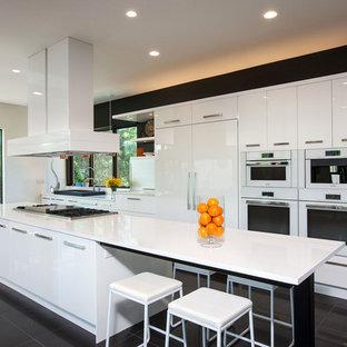 Esempio di un'ampia cucina minimal con lavello da incasso, ante lisce, ante bianche, isola, top in quarzo composito, paraspruzzi bianco, elettrodomestici in acciaio inossidabile, pavimento in marmo e pavimento nero