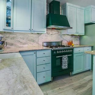 ダラスの小さいエクレクティックスタイルのおしゃれなキッチン (エプロンフロントシンク、シェーカースタイル扉のキャビネット、緑のキャビネット、珪岩カウンター、緑のキッチンパネル、石スラブのキッチンパネル、カラー調理設備、セラミックタイルの床) の写真