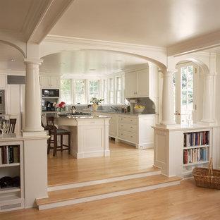 ニューヨークのトラディショナルスタイルのおしゃれなLDK (落し込みパネル扉のキャビネット、白いキャビネット、パネルと同色の調理設備) の写真