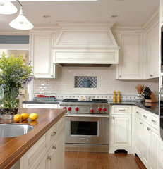 traditional kitchen by Benvenuti and Stein