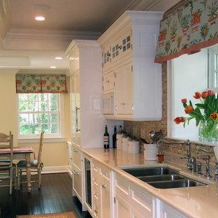 Exemple d'une cuisine américaine chic avec un placard avec porte à panneau encastré, un évier 3 bacs, des portes de placard blanches, une crédence marron et une crédence en mosaïque.