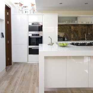 Новые идеи обустройства дома: кухня в современном стиле с плоскими фасадами, белыми фасадами, коричневым фартуком и фартуком из каменной плиты