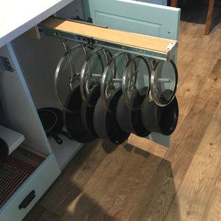 Imagen de cocina en L, minimalista, grande, con despensa, fregadero sobremueble, armarios con paneles empotrados, electrodomésticos de acero inoxidable, una isla y encimera de granito