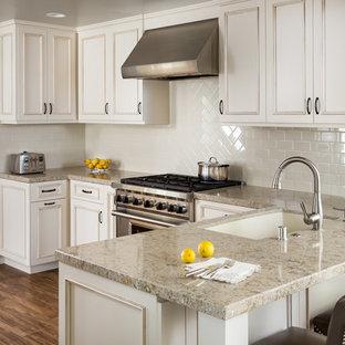 サンディエゴの小さいトランジショナルスタイルのおしゃれなキッチン (ダブルシンク、落し込みパネル扉のキャビネット、白いキャビネット、珪岩カウンター、白いキッチンパネル、サブウェイタイルのキッチンパネル、シルバーの調理設備の、無垢フローリング、アイランドなし) の写真