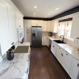 Esempio di una cucina chic di medie dimensioni con lavello sottopiano, ante lisce, ante bianche, top in laminato, paraspruzzi bianco, paraspruzzi con piastrelle in ceramica, elettrodomestici bianchi, pavimento in linoleum e nessuna isola