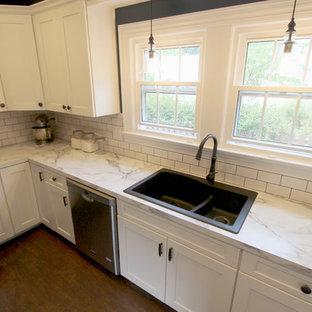 クリーブランドの中くらいのトランジショナルスタイルのおしゃれなキッチン (アンダーカウンターシンク、フラットパネル扉のキャビネット、白いキャビネット、白い調理設備、リノリウムの床、アイランドなし) の写真