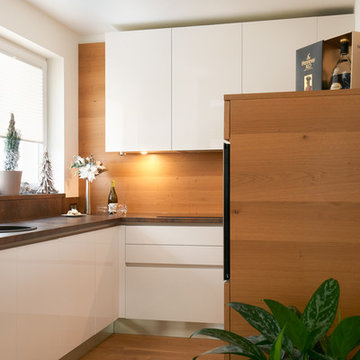 White kitchen with natural venner