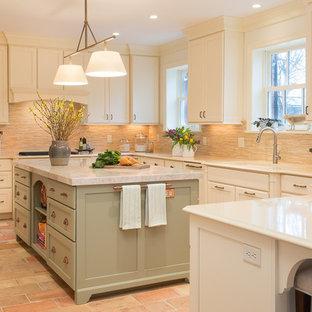 Idéer för stora vintage kök, med en undermonterad diskho, skåp i shakerstil, vita skåp, bänkskiva i kvarts, beige stänkskydd, stänkskydd i stenkakel, integrerade vitvaror, tegelgolv och en köksö