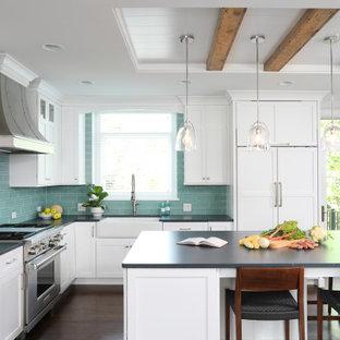 シカゴの広いトランジショナルスタイルのおしゃれなキッチン (エプロンフロントシンク、白いキャビネット、ソープストーンカウンター、青いキッチンパネル、ガラスタイルのキッチンパネル、パネルと同色の調理設備、濃色無垢フローリング、茶色い床、黒いキッチンカウンター、シェーカースタイル扉のキャビネット) の写真