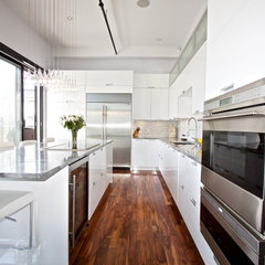 modern kitchen White Lacquered Pro-Kitchen @ Le OXXFORD Penthouse