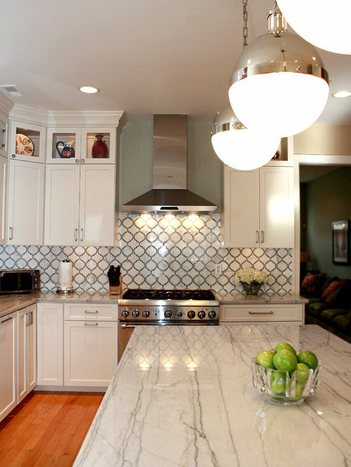 Mid Sized Contemporary L Shaped Light Wood Floor Eat In Kitchen Idea In