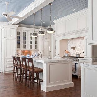 Bild på ett vintage vit vitt kök, med luckor med infälld panel, marmorbänkskiva, vita skåp, vitt stänkskydd, integrerade vitvaror och stänkskydd i marmor