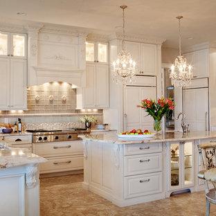 Große Klassische Wohnküche in U-Form mit Triple-Waschtisch, profilierten Schrankfronten, weißen Schränken, Granit-Arbeitsplatte, Küchenrückwand in Beige, Elektrogeräten mit Frontblende, Rückwand aus Steinfliesen, Travertin und Kücheninsel in St. Louis