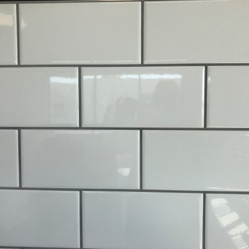 White porcelain tiles with grey grout