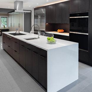 Foto di una grande cucina ad U design con lavello sottopiano, ante lisce, ante marroni, top in quarzo composito, paraspruzzi marrone, elettrodomestici in acciaio inossidabile, pavimento in marmo, isola, pavimento grigio e top bianco