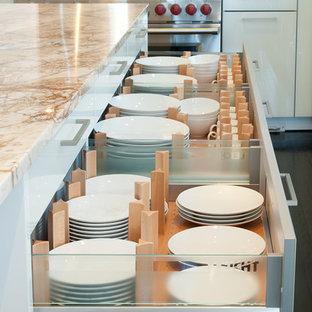 Удачное сочетание для дизайна помещения: большая п-образная кухня в стиле модернизм с обеденным столом, врезной раковиной, плоскими фасадами, белыми фасадами, столешницей из гранита, техникой из нержавеющей стали, темным паркетным полом и островом - самое интересное для вас