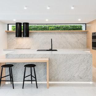 Exempel på ett stort modernt grå grått l-kök, med skåp i ljust trä, marmorbänkskiva, stänkskydd i marmor, svarta vitvaror, marmorgolv, en köksö, vitt golv, en nedsänkt diskho, släta luckor och grått stänkskydd