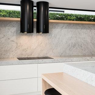 ブリスベンの大きいモダンスタイルのおしゃれなキッチン (アンダーカウンターシンク、インセット扉のキャビネット、淡色木目調キャビネット、大理石カウンター、白いキッチンパネル、大理石の床、黒い調理設備、大理石の床、白い床、白いキッチンカウンター) の写真