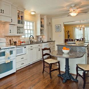 Стильный дизайн: параллельная кухня-гостиная среднего размера в классическом стиле с фасадами с выступающей филенкой, белыми фасадами, столешницей из кварцевого агломерата, бежевым фартуком, фартуком из терракотовой плитки, белой техникой, паркетным полом среднего тона, островом и врезной раковиной - последний тренд