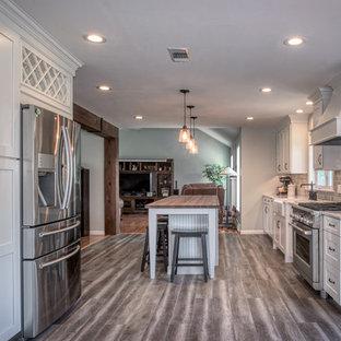 Bild på ett stort vintage flerfärgad linjärt flerfärgat kök och matrum, med en rustik diskho, skåp i shakerstil, vita skåp, bänkskiva i kvarts, grått stänkskydd, stänkskydd i keramik, rostfria vitvaror, en köksö och flerfärgat golv