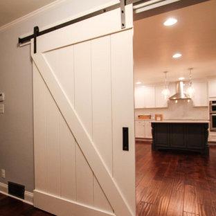 Inspiration för ett stort lantligt kök, med en rustik diskho, skåp i shakerstil, vita skåp, vitt stänkskydd, rostfria vitvaror, mellanmörkt trägolv, en köksö, bänkskiva i kvartsit och stänkskydd i tunnelbanekakel