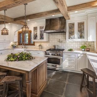 Стильный дизайн: отдельная, угловая кухня среднего размера в классическом стиле с раковиной в стиле кантри, фасадами с утопленной филенкой, белыми фасадами, островом, серым полом, мраморной столешницей, белым фартуком, фартуком из цементной плитки, техникой под мебельный фасад, полом из керамогранита и разноцветной столешницей - последний тренд