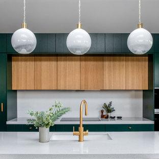 Immagine di una cucina contemporanea con lavello a vasca singola, ante a persiana, ante verdi, top in saponaria, paraspruzzi grigio, paraspruzzi in quarzo composito, elettrodomestici colorati, pavimento alla veneziana, pavimento multicolore, top grigio e soffitto a volta