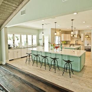 Foto på ett mycket stort maritimt kök, med en rustik diskho, luckor med upphöjd panel, vita skåp, bänkskiva i kvarts, blått stänkskydd, stänkskydd i keramik, rostfria vitvaror, klinkergolv i keramik och flera köksöar
