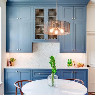 Offene, Große Klassische Küche in L-Form mit Unterbauwaschbecken, Schrankfronten im Shaker-Stil, blauen Schränken, Marmor-Arbeitsplatte, Küchenrückwand in Grau, Rückwand aus Marmor, Küchengeräten aus Edelstahl, braunem Holzboden, Kücheninsel, braunem Boden und weißer Arbeitsplatte in Dallas