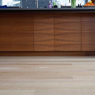 Imagen de cocina minimalista, de tamaño medio, con fregadero bajoencimera, puertas de armario de madera clara, suelo de madera clara y suelo blanco