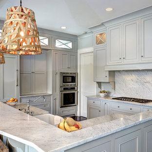 Idee per una cucina a L classica di medie dimensioni con lavello stile country, ante grigie, paraspruzzi bianco, elettrodomestici da incasso, ante a filo, paraspruzzi in lastra di pietra, parquet scuro, isola, pavimento marrone e top in quarzite