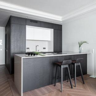 ロンドンのコンテンポラリースタイルのおしゃれなキッチン (淡色無垢フローリング、ピンクの床) の写真