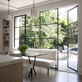 Свежая идея для дизайна: кухня в стиле современная классика с обеденным столом - отличное фото интерьера