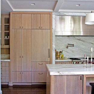 На фото: параллельные кухни в стиле современная классика с плоскими фасадами, светлыми деревянными фасадами, белым фартуком и фартуком из каменной плиты