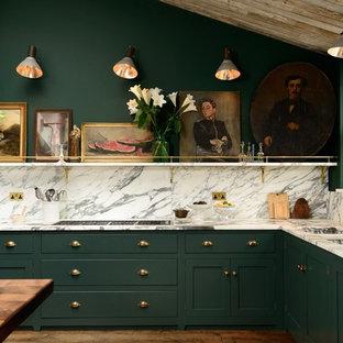 Idéer för ett mellanstort klassiskt l-kök, med skåp i shakerstil, gröna skåp, flerfärgad stänkskydd, en dubbel diskho och mellanmörkt trägolv