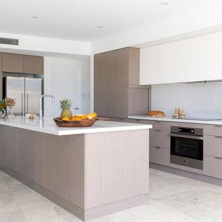 シドニーの小さいモダンスタイルのおしゃれなキッチン (アンダーカウンターシンク、白いキャビネット、クオーツストーンカウンター、白いキッチンパネル、石スラブのキッチンパネル、シルバーの調理設備の、セラミックタイルの床) の写真
