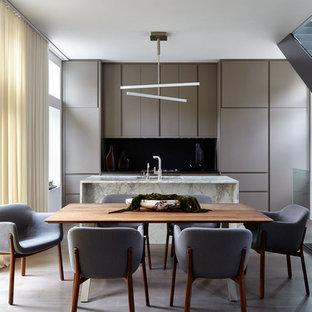 ニューヨークの中サイズのモダンスタイルのおしゃれなキッチン (アンダーカウンターシンク、フラットパネル扉のキャビネット、グレーのキャビネット、大理石カウンター、黒いキッチンパネル、石スラブのキッチンパネル、シルバーの調理設備の、茶色い床、マルチカラーのキッチンカウンター、濃色無垢フローリング) の写真