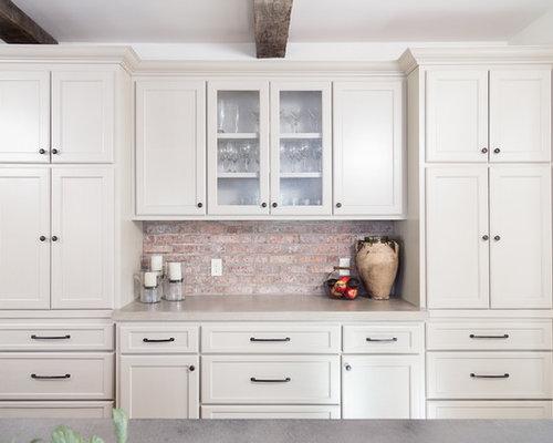 cuisine avec une cr dence marron et un placard porte vitr e photos et id es d co de cuisines. Black Bedroom Furniture Sets. Home Design Ideas