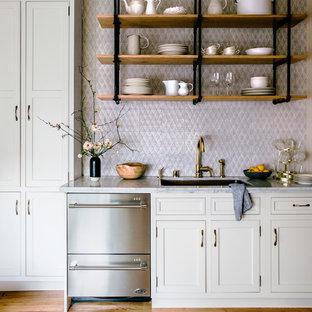サンフランシスコの大きいヴィクトリアン調のおしゃれなキッチン (アンダーカウンターシンク、白いキャビネット、大理石カウンター、ピンクのキッチンパネル、セラミックタイルのキッチンパネル、シルバーの調理設備の、淡色無垢フローリング、インセット扉のキャビネット、茶色い床) の写真