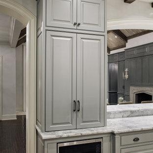 Inspiration för ett avskilt, mellanstort vintage grå grått u-kök, med luckor med profilerade fronter, grå skåp, bänkskiva i kvartsit, grått stänkskydd, stänkskydd i sten, rostfria vitvaror, travertin golv, en köksö och beiget golv
