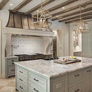 Immagine di una cucina classica di medie dimensioni con lavello stile country, ante grigie, top in quarzite, paraspruzzi grigio, elettrodomestici da incasso, isola, pavimento beige, top grigio e ante con bugna sagomata