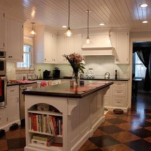 Geschlossene, Mittelgroße Moderne Küche in L-Form mit Landhausspüle, weißen Schränken, Küchenrückwand in Weiß, Küchengeräten aus Edelstahl, Kücheninsel, Schrankfronten im Shaker-Stil, Arbeitsplatte aus Holz, Rückwand aus Metrofliesen und Linoleum in Philadelphia