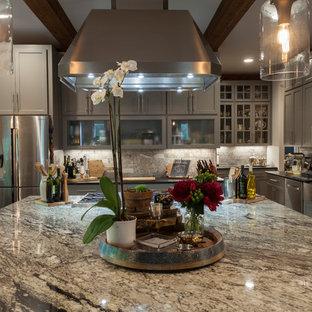 ナッシュビルの大きいエクレクティックスタイルのおしゃれなキッチン (エプロンフロントシンク、落し込みパネル扉のキャビネット、グレーのキャビネット、御影石カウンター、茶色いキッチンパネル、石タイルのキッチンパネル、シルバーの調理設備の、マルチカラーのキッチンカウンター) の写真