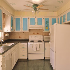Tropical Kitchen by Aura Home Staging