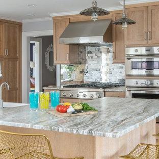 Idéer för mellanstora vintage kök, med stänkskydd med metallisk yta, rostfria vitvaror, en köksö, en rustik diskho, luckor med infälld panel, skåp i ljust trä, marmorbänkskiva, stänkskydd i tunnelbanekakel, ljust trägolv och brunt golv