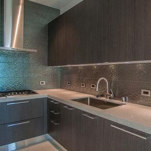 Geschlossene, Mittelgroße Moderne Küche in L-Form mit Waschbecken, flächenbündigen Schrankfronten, dunklen Holzschränken, Quarzit-Arbeitsplatte, Küchenrückwand in Metallic, Rückwand aus Metallfliesen und Halbinsel in Los Angeles
