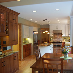 traditional kitchen by Laura Vlaming, CKD