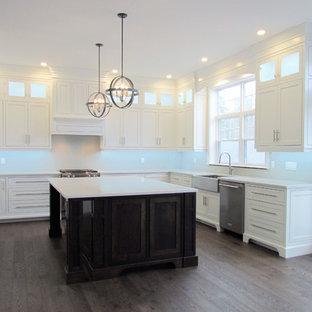 Große Klassische Küche mit Landhausspüle, flächenbündigen Schrankfronten, weißen Schränken, Küchengeräten aus Edelstahl, Kücheninsel, rosa Boden und weißer Arbeitsplatte in Sonstige